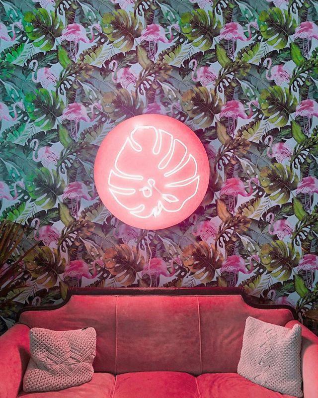 Neon sign at Botanica Bhm