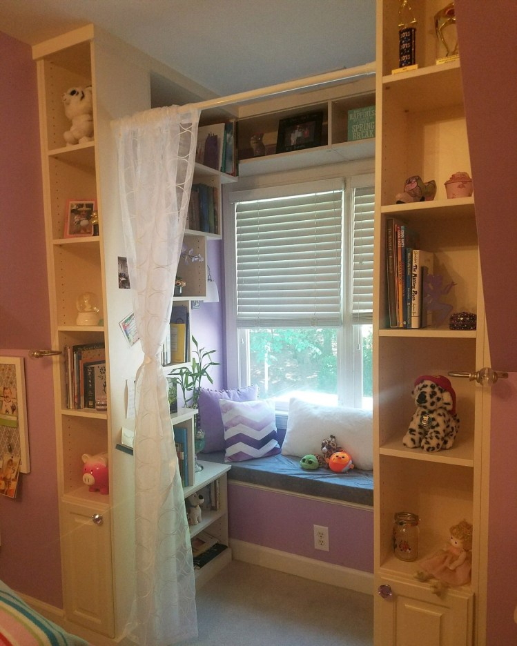 This little reading nook helps you organize your child's room