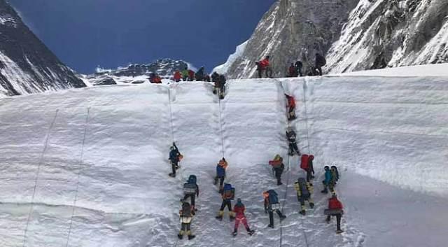 यह एवरेस्ट पर चढ़ने का मौसम है और पर्वतारोही साल के इस समय को एवरेस्ट पर चढ़ने के लिए चुनते हैं लेकिन इस बार एवरेस्ट पर चढ़ाई की हैरतअंगेज तसवीरें सामने आ रही हैं जिनमें दिखाई दे रहा है कि लोग लाइन लगाकर अपनी बारी की प्रतीक्षा कर रहे हैं.