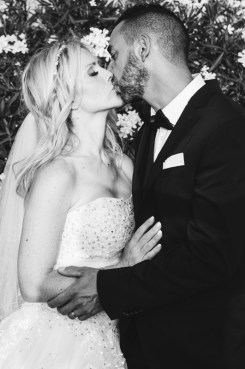 Photo d'un couple qui s'embrasse le jour de leur mariage photographe mariage valence