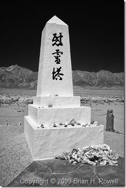 Monument_at_Manzanar