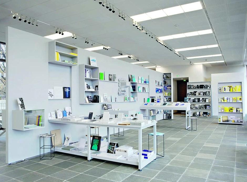 """Bernhard Cella, """"Salon für Kunstbuch 21er Haus"""", müze mağazasının 1:1 ölçekli modeli, Viyana, 2011. Vienna, 2011."""