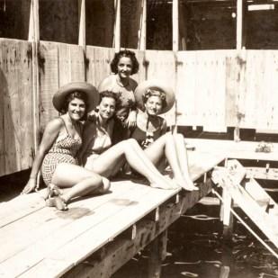 Kadınlara mahsus bir deniz hamamı, 1930'ların sonu. Büke Uras Arşivi.