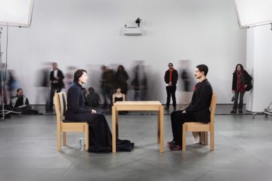 The Artist is Present, 2010 (Sanatçı Burada) Performans 3 ay / 736 saat Modern Sanat Müzesi (MoMA), New York, NY