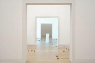 Füsun Onur, Opus II – Fantasia (detay), 2001 [2021], Örgü şişleri, altın yaldızlı ip yumakları, porselen figürler, kaideler, Arter Koleksiyonu , Fotoğraf: Sena Nur Taştekne (Arter)