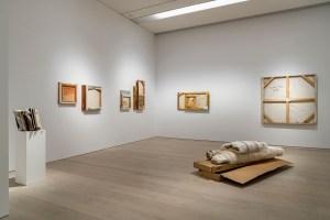 Canan Tolon, Hasar, 1988–2010, Hasar görmüş çeşitli eserlerle yerleştirme, Arter Koleksiyonu, Sergiden yerleştirme görüntüsü: Tedbir, 2021, Fotoğraf: flufoto