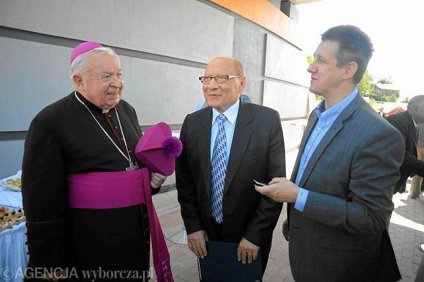 Biskup Kazimierz Górny, prezydent Rzeszowa Tadeusz Ferenc (SLD) i poseł Jan Bury (PSL) podczas uroczystości otwarcia łącznika ulicy Podkarpackiej i Przemysłowie w Rzeszowie, 5 sierpnia 2011 r.