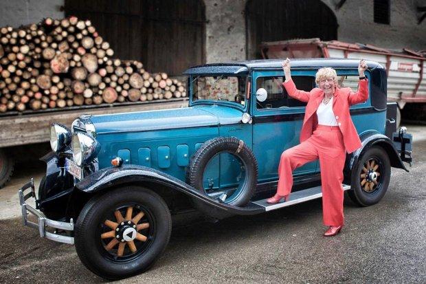 Heidi Hetzer przy swoim samochodzie