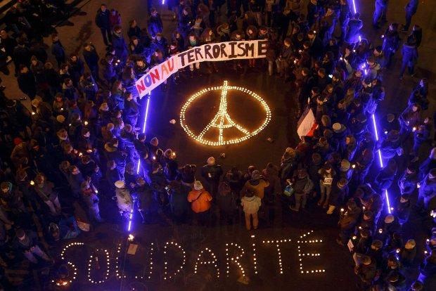 Zamach w Paryżu. Wieża Eiffele'a ułożona ze świeczek przez mieszkańców Lozanny