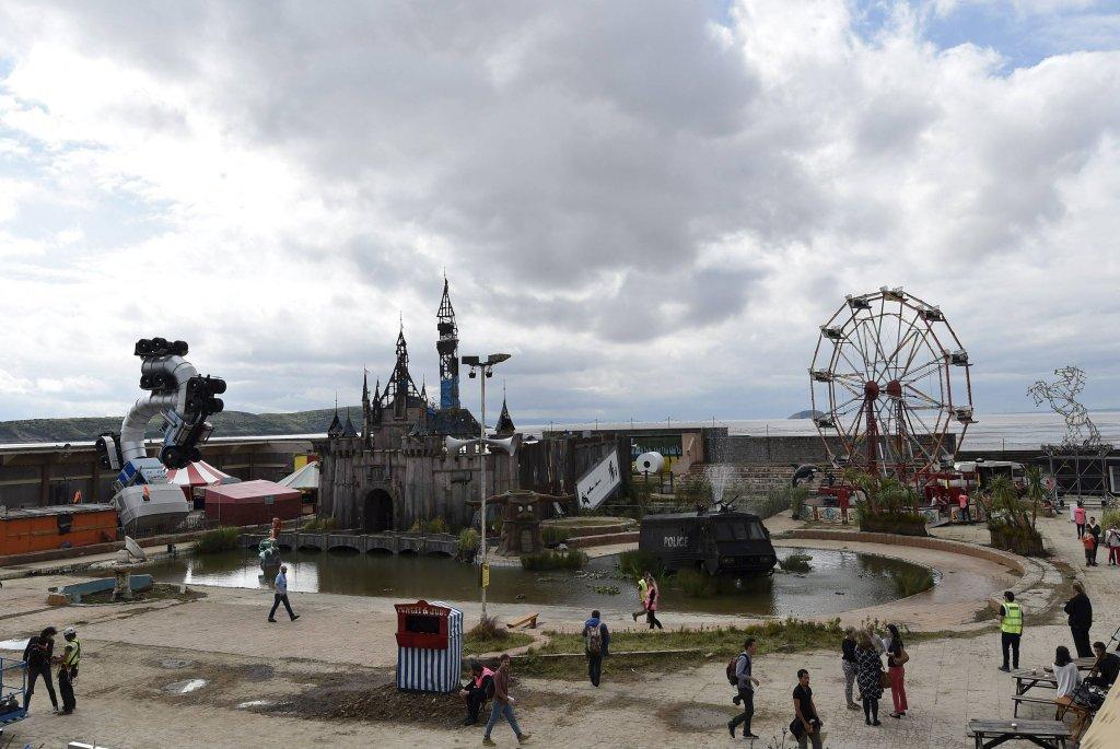 Witaj w królestwie Banksy'ego. To Dismaland - 'najbardziej rozczarowująca atrakcja turystyczna w Wielkiej Brytanii'