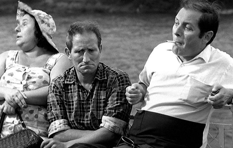 Jan Himilsbach i Zdzisław Maklakiewicz w słynnej scenie z filmu 'Rejs': 'A w filmie polskim, proszę pana, to jest tak: nuda... Nic się nie dzieje, proszę pana. Nic. Taka, proszę pana... Dialogi niedobre... Bardzo niedobre dialogi są. W ogóle brak akcji jest. Nic się nie dzieje.'