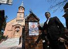 Kampania prezydencka 2015. Palikot w parafii, w której proboszcz zażądał 3 tys. zł za pogrzeb i ekstra opłaty za roboty kamieniarskie. Reakcja kurii