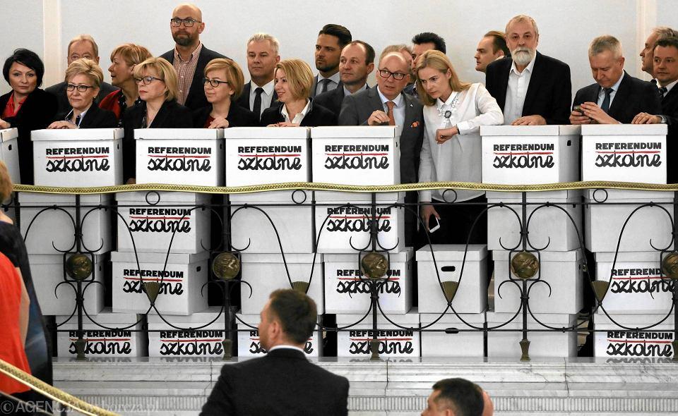 Organizacje obywatelskie i politycy składają w Sejmie podpisy za zorganizowaniem referendum edukacyjnego