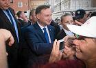 """Prezydent Andrzej Duda na Wawelu. Okrzyki turystów: """"Sto lat!"""", """"Niech żyje!"""""""