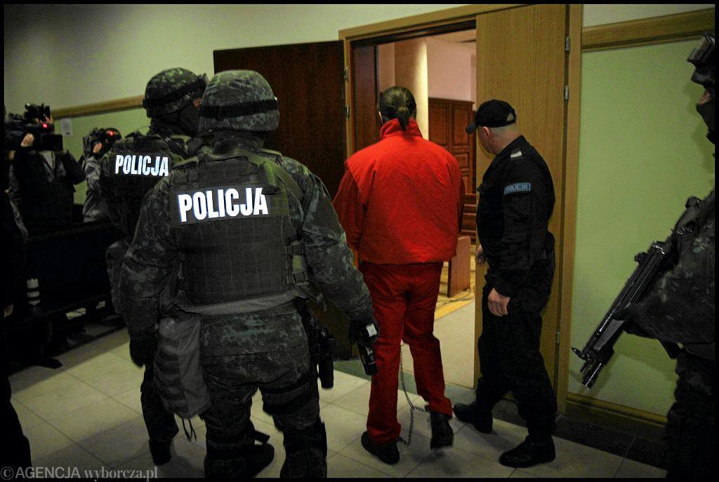 Warszawa, 10.02.2010 r. Policja wprowadza na salę rozpraw Ryszarda Boguckiego, oskarżonego o udział w zabójstwie Papały