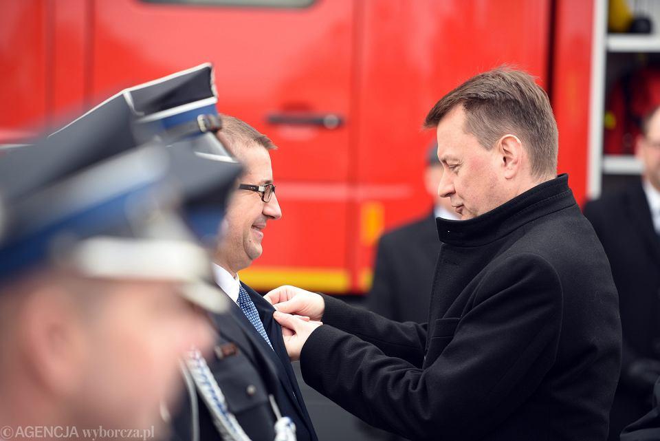 Minister Spraw Wewnętrznych i Administracji Mariusz Błaszczak podczas uroczystości przekazania nowego wozu strażackiego dla OSP Gozd