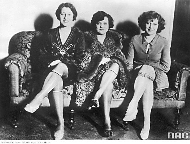 Przed wojną kobiety nosiły zwykle elastyczny półgorset z żabkami albo podwiązki z elastycznej taśmy, które maskowały zrolowanym brzegiem pończochy. Wyłącznie dekoracyjną funkcję pełniły podwiązki obszyte atłasem i koronkami, noszone na pończosze tuż nad kolanem.