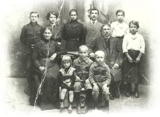 Rodzina Kondratów ok. 1914 r. Stoj od lewej: Piotr, Kazimiera (Ferlianowa), Bronisława (Wiszowa), Ludwik, Maria, Jadwiga, siedz u dou od lewej: Tadeusz, Józef, Stefan (zbiory Jana Zaubskiego)