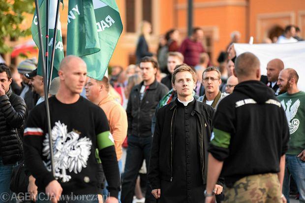 Ks. Jacek Międlar z nacjonalistami podczas Marsz