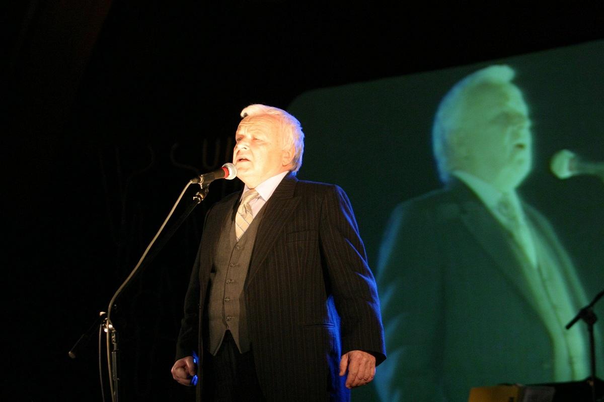 Marian Opania śpiewa Okudżawę; Lublin 2005 r. (fot. Iwona Burdzanowska / Agnecja Gazeta)