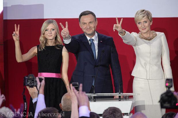 Andrzej Duda z żoną i córką w swoim sztabie podczas wieczoru wyborczego