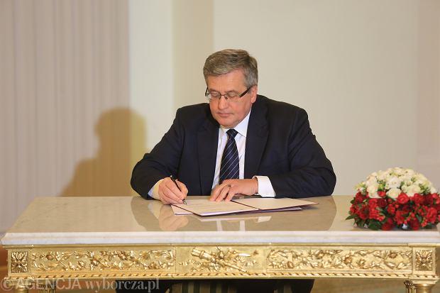 Bronisław Komorowski podpisuje projekt nowelizacji kodeksu wyborczego