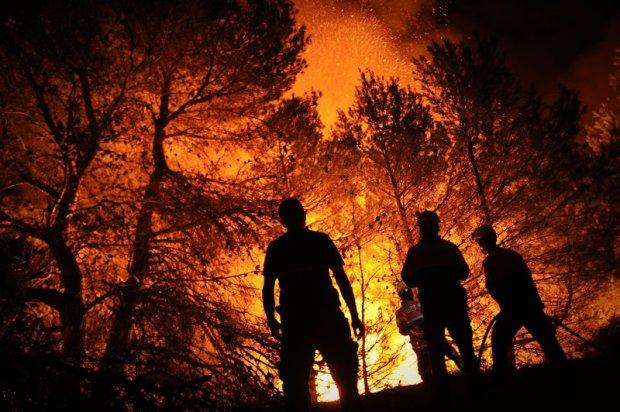 Przez Hiszpanię przetacza się fala wyniszczających upałów. Płoną tysiące hektarów lasów. Na zdjęciu: pożar w pobliżu Torre de Macanes