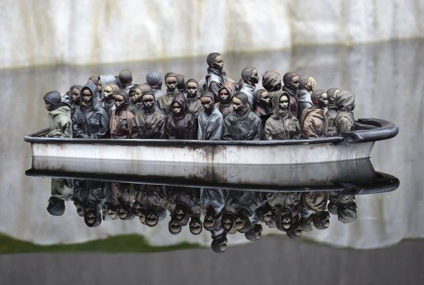 Sterowany radiem model łódki z imigrantami, jedna z atrakcji parku rozrywki otwartego pod Bristolem przez artystę prowokatora Banksy'ego