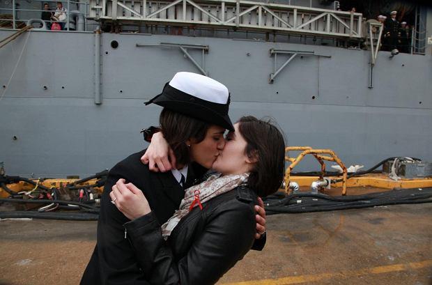 Pocałunek dwóch lesbijek służących w amerykańskiej marynarce w grudniu 2011 r.