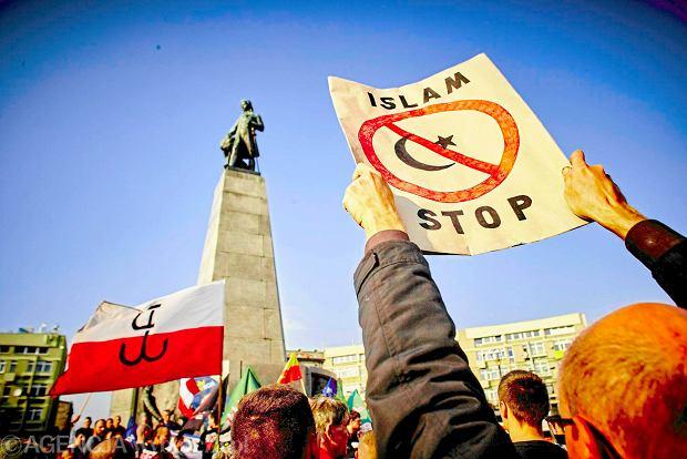 Obawy przed islamem zdominowały sobotnie antyimigranckie protesty. Na zdjęciu: marsz w Łodzi