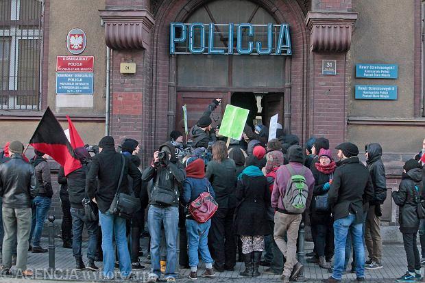 Komisariat policji Poznań Stare Miasto. Demonstracja anarchistów