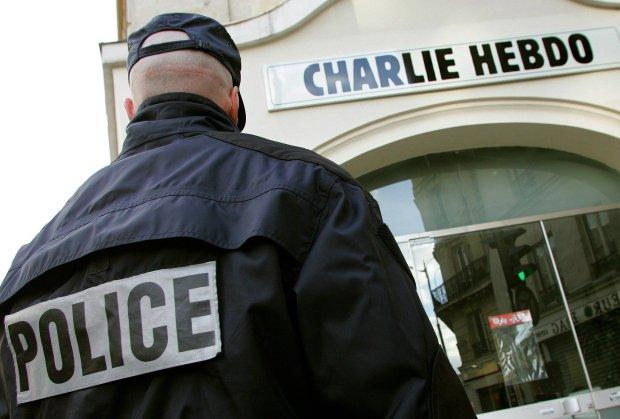 Policjant na straży pod redakcją gazety