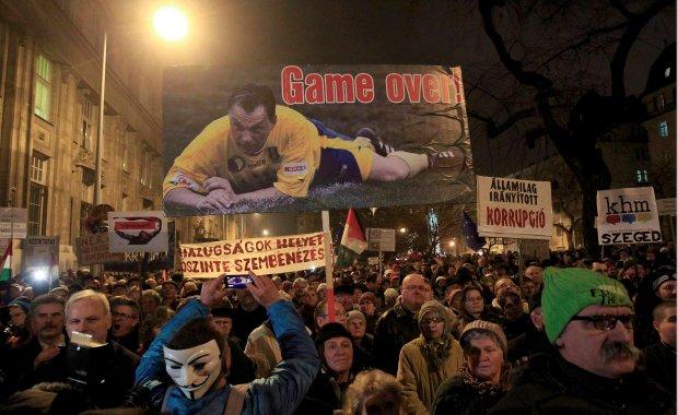 Demonstranci są wściekli<br /> na władzę za korupcję, autorytarne rządy i dławienie wolności słowa. W tym tygodniu protestowali w Budapeszcie trzy dni z rzędu (zdjęcie z 16 grudnia)