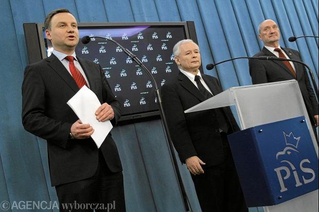Andrzej Duda (pierwszy z prawej) na konferencji prasowej PiS