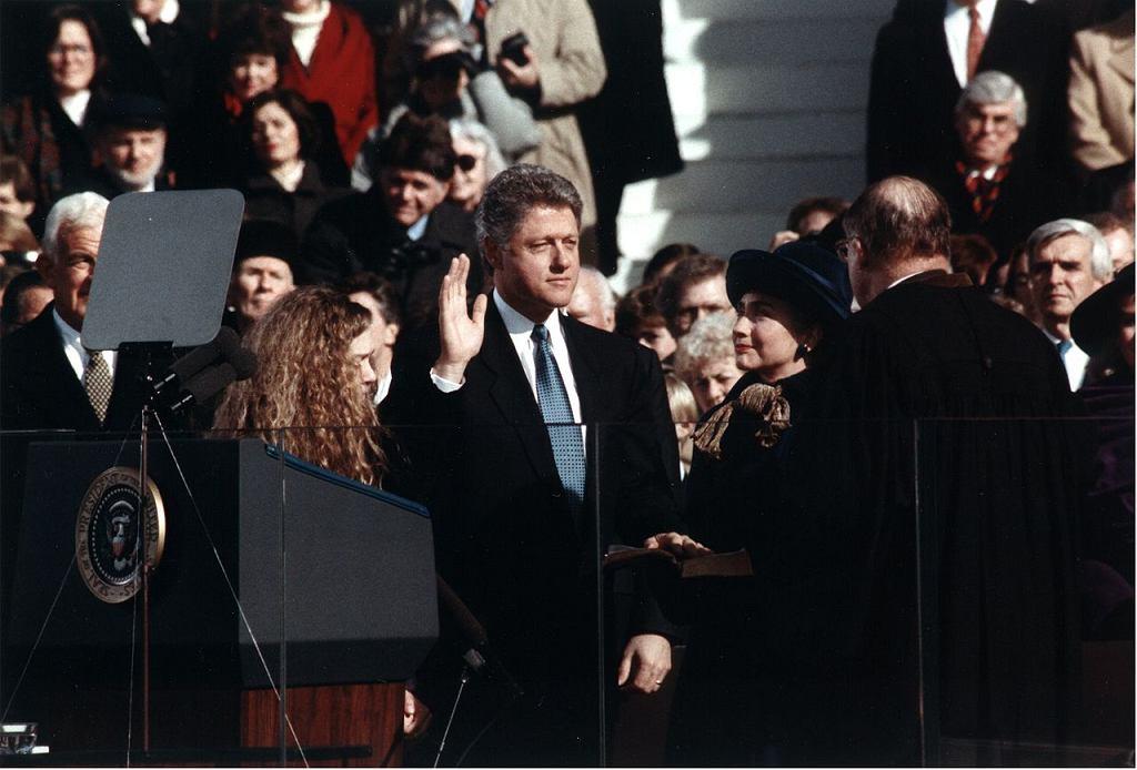 Zaprzysiężenie Billa Clintona na prezydenta USA. Towarzyszą mu żona i córka (fot. Official White House photograph / wikimedia.org / domena publiczna)
