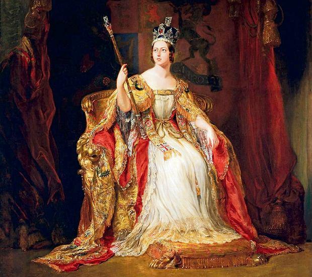 Po wstąpieniu na tron Wiktorii nadal zdarzało się przetańczyć pół nocy, lubiła też odwiedzać teatry i bywać na przedstawieniach operowych. Zapewniam cię, że te wszystkie hulanki dobrze mi robią - pisała do swego wuja, króla Belgii Leopolda. Portret koronacyjny Wiktorii pędzla sir George'a Haytera z 1838 r.