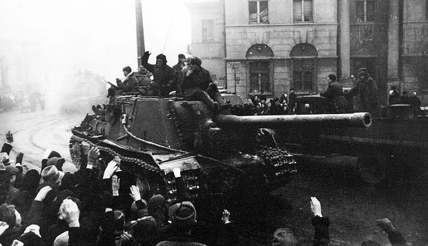 19 stycznia 1945 r., radzieckie działo samobieżne wjeżdża ulicą Piotrkowską na plac Wolności. Inaczej niż w wielu innych miastach, łodzianie entuzjastycznie witali czerwonoarmistów.