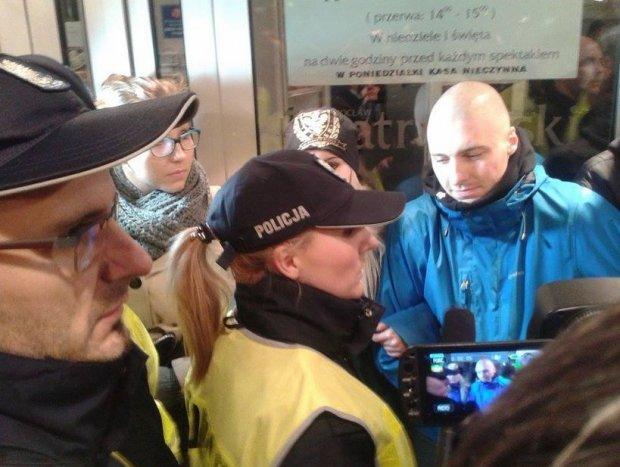 Śmierć i dziewczyna. Protest pod Teatrem Polskim