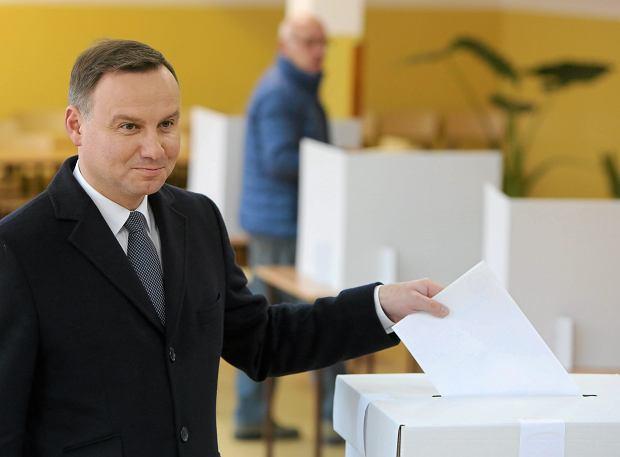 Parlamentarne, Prezydent Andrzej Duda z zona Agata w komisji wyborczej