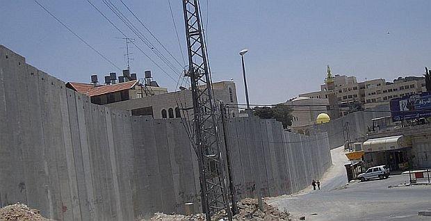 Izrael rozpoczął budowę tzw. muru bezpieczeństwa odgradzającego go od Autonomii Palestyńskiej w lipcu 2003 r.