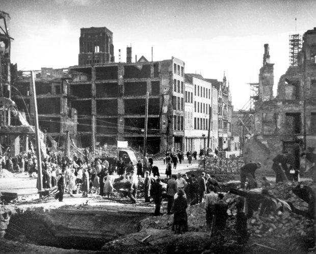 Zabytkowe centrum Gdańska zostało w marcu 1945 r. zniszczone w 90 proc. Był to efekt zaciekłych walk o miasto, ale także barbarzyństwa czerwonoarmistów, którzy niszczyli je już wkrótce po zdobyciu. Nie da się rozpoznać żadnego domu, a rozwalone wieże kościelne sterczą w niebo jak oskarżające palce - opisywał centrum Werner Hewelt, po wojnie dyrektor Haus Hansestadt Danzig w Lubece. Na zdjęciu z wiosny 1945 r.: odgruzowywanie zachodniej części ul. Długiej.