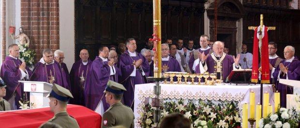 Msza żałobna w bazylice<br /> św. Jana Chrzciciela. Pierwszy z lewej ks. Wojciech Lemański, pierwszy z prawej abp Henryk Hoser