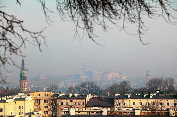 Smog nad Krakowem. Powietrze w polskich miastach jest coraz bardziej trujące