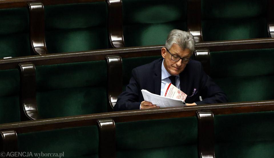22.11.2017, Sejm, Stanisław Piotrowicz z tekstem Konstytucji RP podczas pierwszego czytania projektu ustawy o Sądzie Najwyższym.