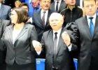 Kaczyński na urodzinach Radia Maryja. Prezes PiS śpiewa i wraz z innymi kołysze się w rytm muzyki [WIDEO]