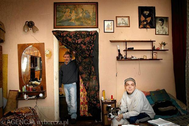Mirosław Cheliński z synem Pawłem mieszkają w zrujnowanej kamienicy. Nie płacili czynszu, więc czeka ich przeprowadzka do kontenera. - Byleby został wyremontowany - mówią
