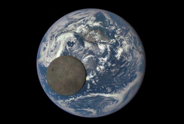 Zdjęcie Księżyca podczas tranzytu przez tarczę Ziemi