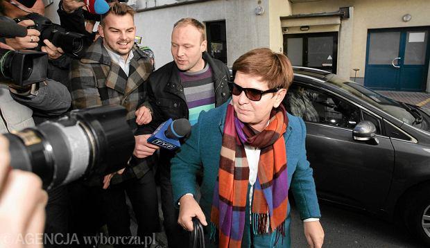 Beata Szydło w drodze na pierwsze po wygranych przez PiS wyborach spotkanie władz partii. Warszawa, 27 października 2015 r.