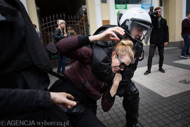 Manifestacja 'Nacjonalizm nie przejdzie!'. Manifestacja 'Nacjonalizm nie przejdzie!'. Na ul. Święty Marcin doszło do przepychanek między policją i uczestnikami. Zaczęła się od tego, że jedna z dziewczyn weszła na drabinkę samochodu policyjnego. Policja zareagowała gwałtownie