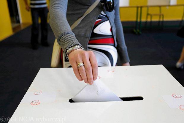 Głosowanie w Obwodowej Komisji Wyborczej nr 4 przy ulicy Paderewskiego w Toruniu